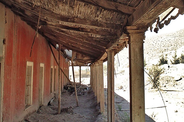 Casona antes de la restauración costado sur acceso museo, año 2003